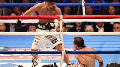 Omar Narváez cae ante la lirada deNaoya Inoue.