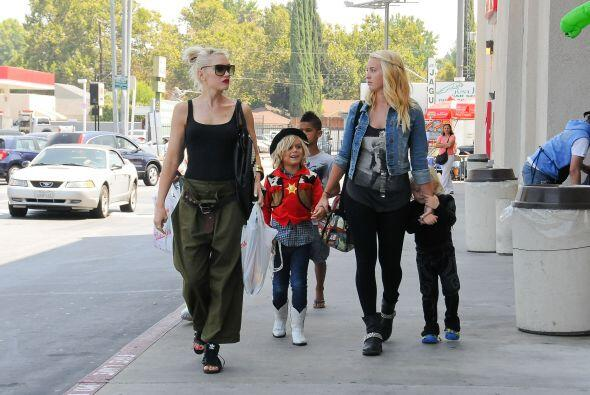 A pesar de su apretada agenda, Gwen se toma un tiempo para pasear con su...