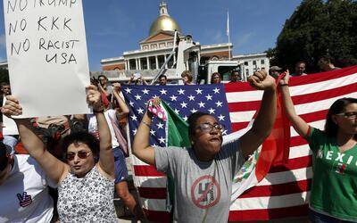 """No a Trump, no al KKK, no a Estados Unidos racista"". Manifest..."