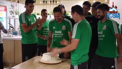 Pastelazo adelantado: así 'festejaron' a Layún un día antes de su cumpleaños