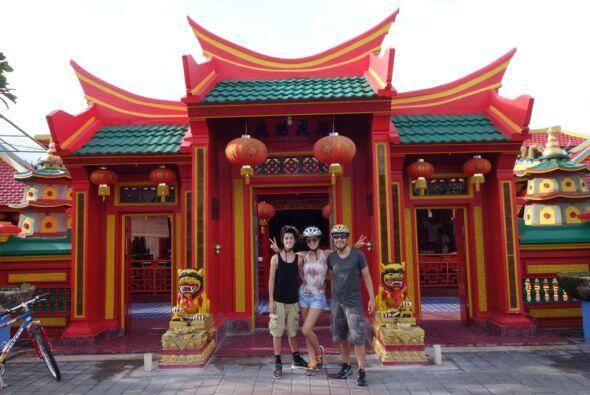 En Bali se practica una forma particular de hinduismo, ya que mezcla la...