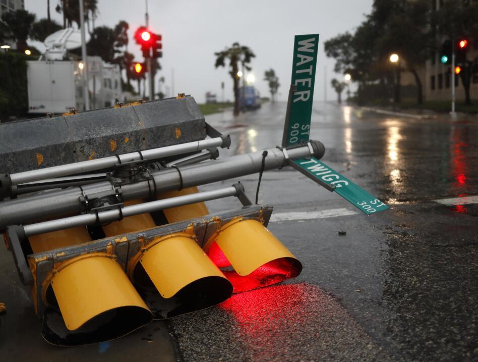 La fuerza del viento derribó un poste de semáforo en Corpu...