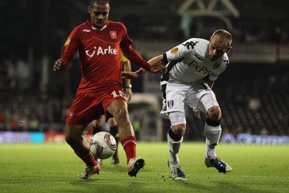 El Fulham, también de la Liga Premier, disputó su duelo con el Twente ho...