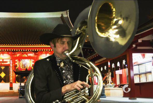 Menona, tan pacífico como siempre, sólo se dedica a tocar la tuba.