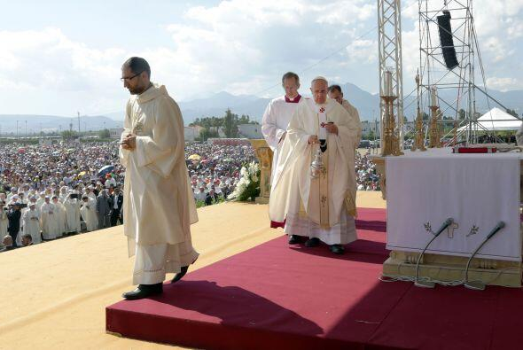 A las 07:30 de la mañana (05:30 GMT), Jorge Bergoglio partió en helicópt...