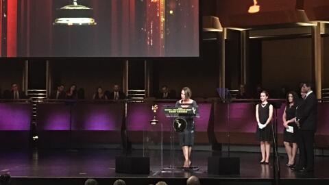 María Elena Salinas recibe el premio Emmy por el especial Recaptu...