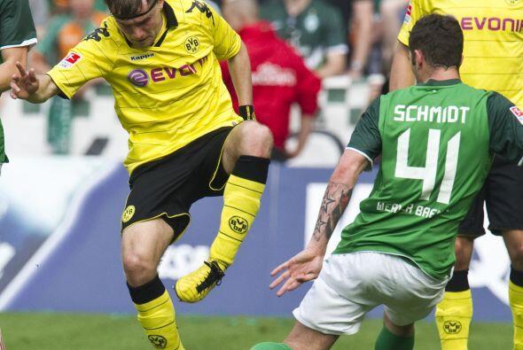 Los campos de fútbol dan para todo. Danza folclórica entre Marcel Schmel...