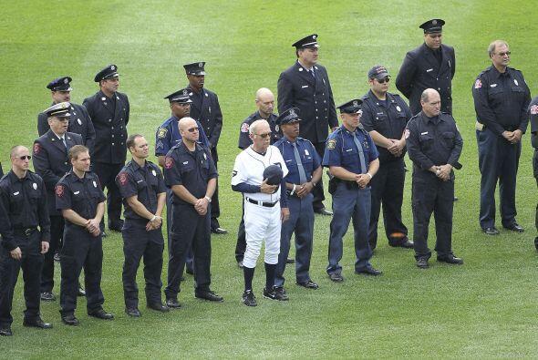 El manager de Detroit rindió un homenaje a policías y bomb...