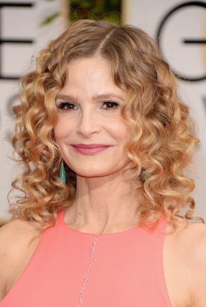 La actriz Kyra Sedgwick prefirió lucir su cabello ondulado que le dio mu...