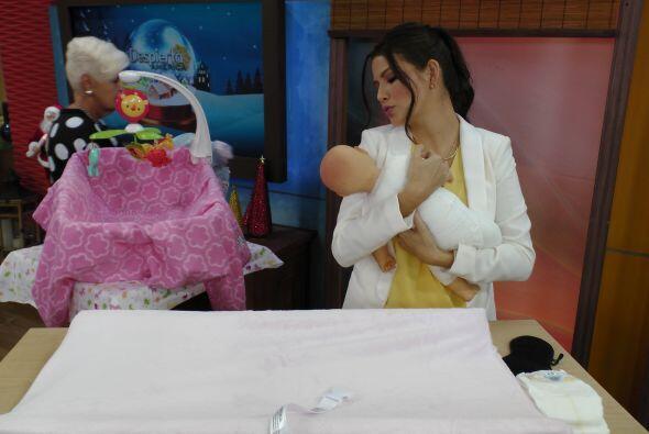 Miren la ternura con la que arrulla al bebé. ¡Qué tierna!