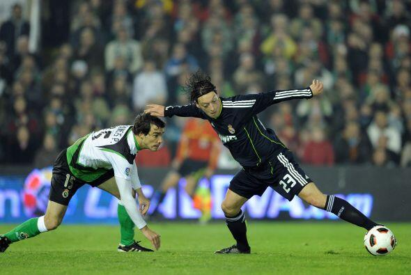 Para la segunda mitad, el Racing se acercó con gol de Bakircioglu al min...