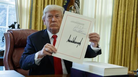 Trump firmó la ley de recorte de impuestos este viernes.