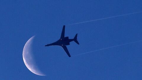 El sobrevuelo de bombarderos de EEUU se une al despliegue de una flota e...