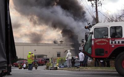 Un fuego tras una explosión en una planta de cosméticos de...