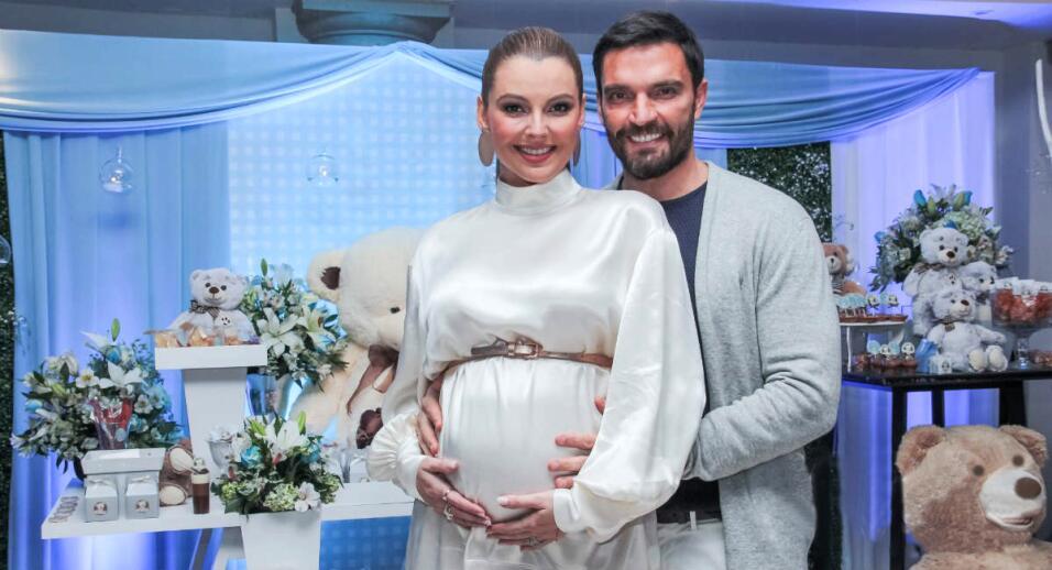 Marjorie de Sousa y Julián Gil mostraron las pataditas de su beb&...