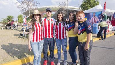 Hinchas del Clásico Nacional: la amistosa fiesta multicolor de Chivas y América