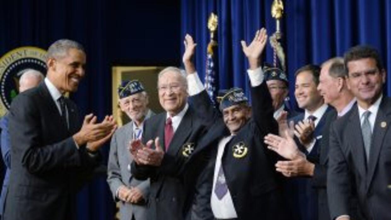 El presidente Barack Obama saluda a veteranos del 65 de Infantería de Pu...