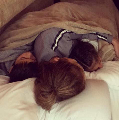 Cada vez que puede, la artista aprovecha para dormir junto a Max y Emme,...