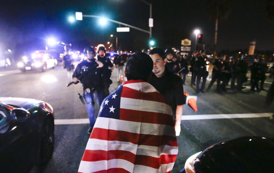 Altercados callejeros en el primer mitin de Trump en California trump-la...