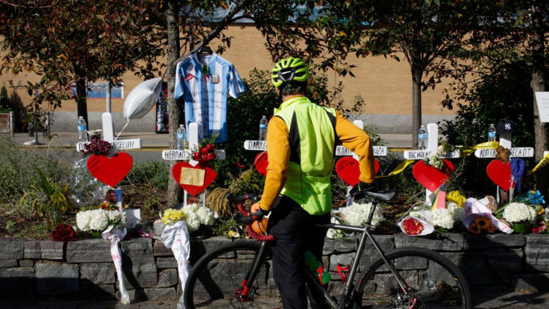 Un ciclista rinde tributo a las víctimas del ataque terrorista de...