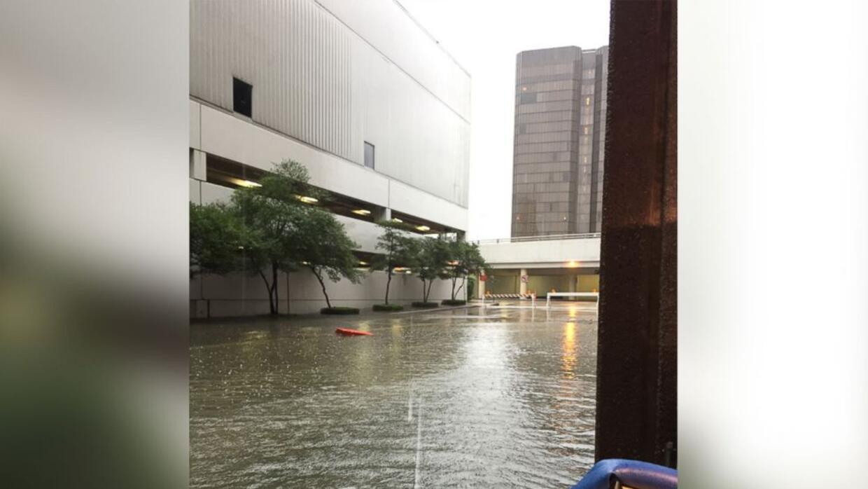 Por fin el pastor Joel Osteen abre su gigantesca iglesia de Houston para...