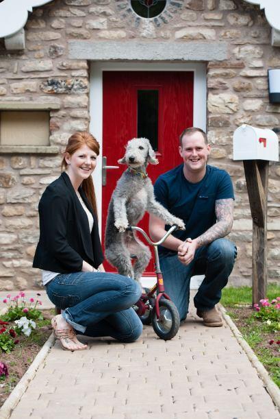 Él vive con Wayne Sowerby y Kate Hayllar, en Cumbria.