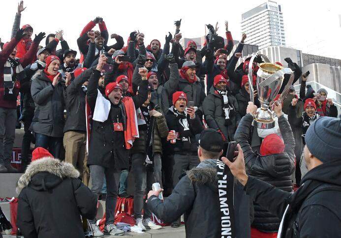 Toronto FC paseó la MLS Cup por las calles de la ciudad ante una enfervo...