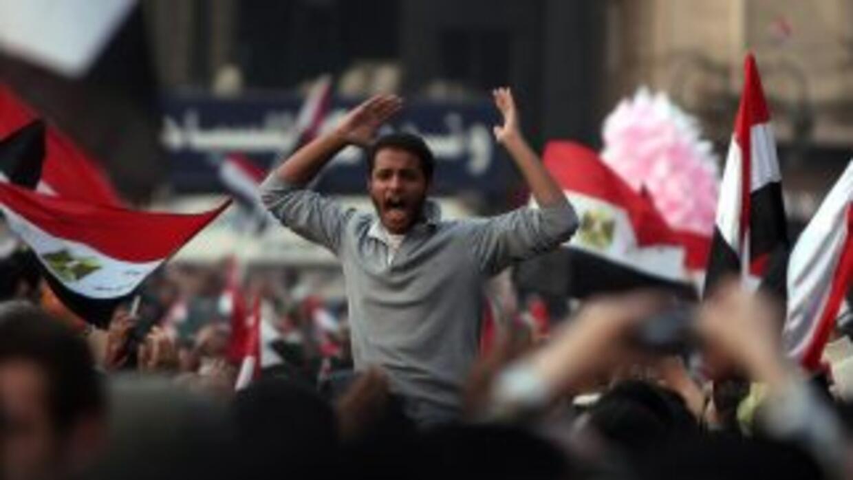Los manifestantes ocupan la Plaza Tahrir por octavo día consecutivo y pi...
