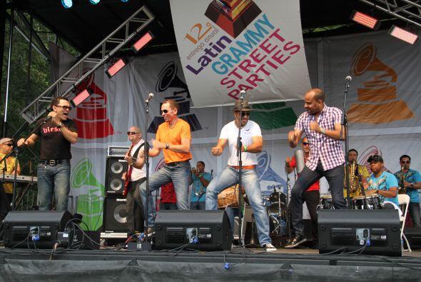 Los Rosario en El Latin Grammy® Street Party 02c31b39c32b499480eb78320de...