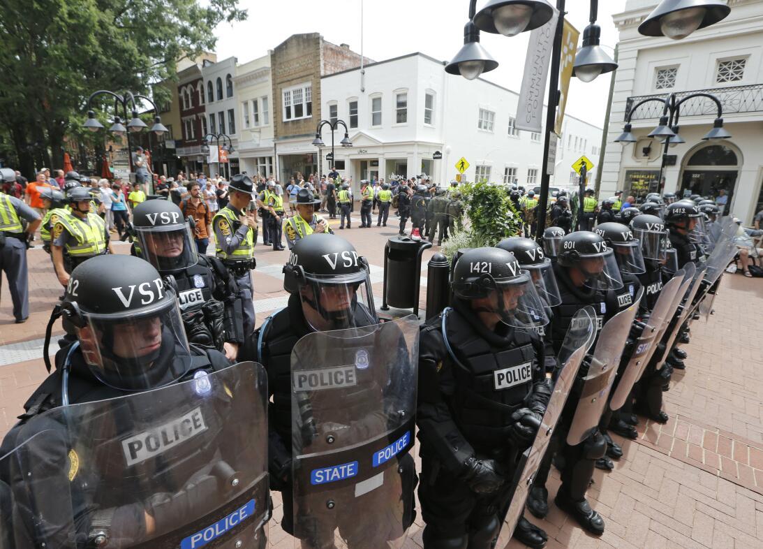 En fotos: Así fue el violento atropello durante una marcha de supremacis...
