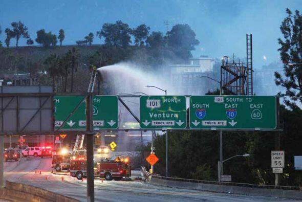 Los trabajos de sofocación de las llamas se observaban desde varios ángu...