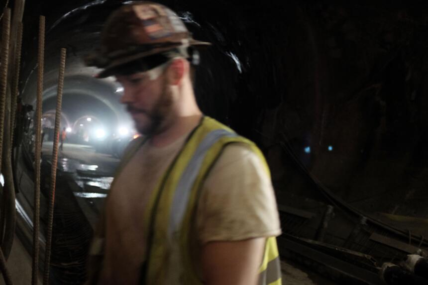 Obreros trabajan en la construcción del túnel en el Este de Manhattan y...