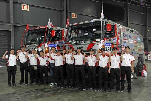 Los mecánicos del equipo Hino de Japón también quedaron listos para empe...