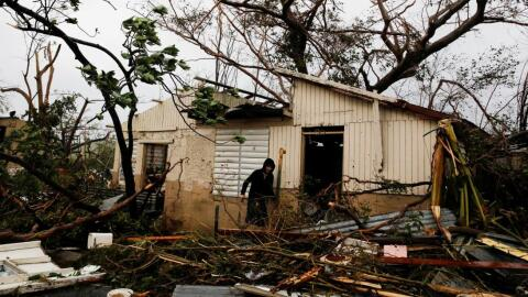 Un hombre busca sus pertenecias en una vivienda destruida por Mar&iacute...