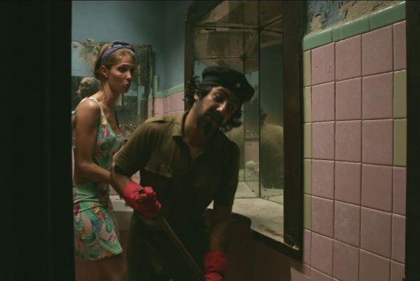 Apolinar consiguió empleo en un bar, lo pusieron a limpiar los baños.
