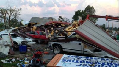 Imagen de la devastación dejada por el tornado que pasó este martes en e...