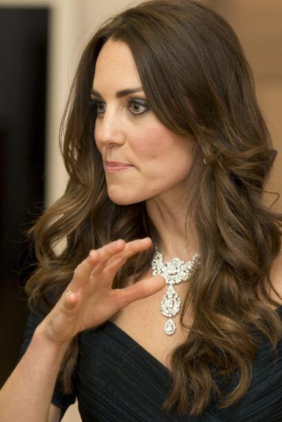 Se dice que este collar fue un regalo de bodas para la reina en el año d...