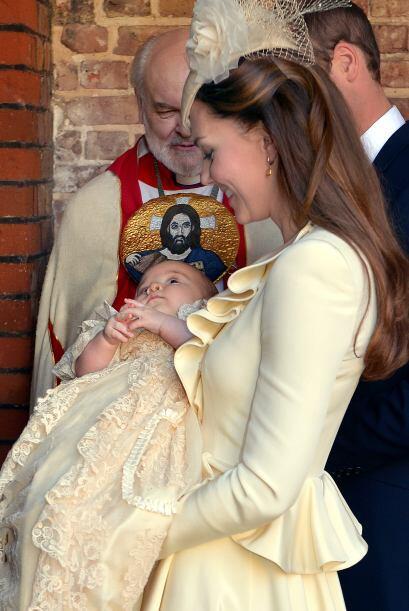 En contraste, te traemos las imágenes del bautismo de George Alexander L...