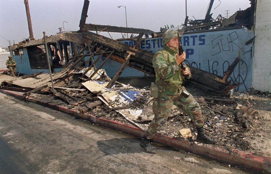 Un militar frente a la destrucción.