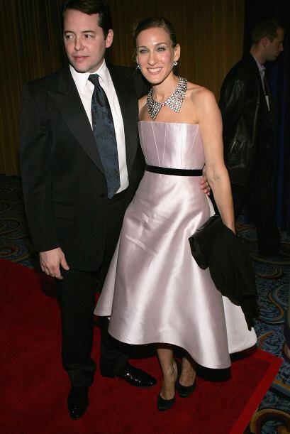 Sarah sabe cómo lucir un vestido elegante como este.