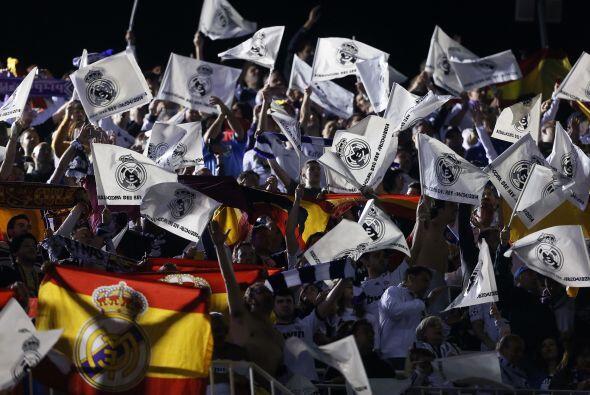 Real Madrid y Barcelona eran acompañados por sus aficiones en busca de u...