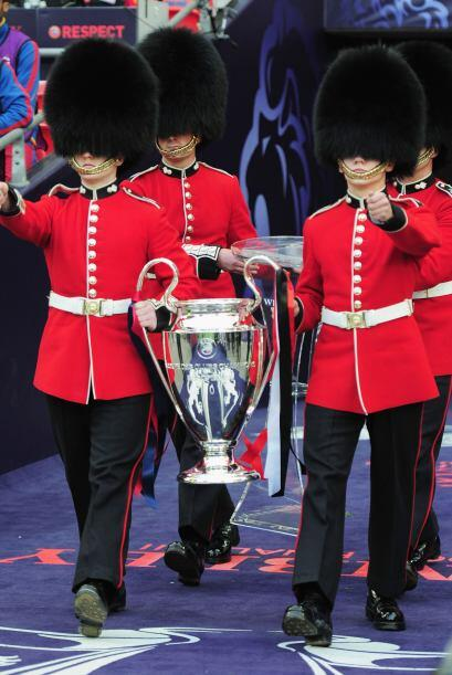 La Copa ingresó al estadio custiodiada por la guardia real.