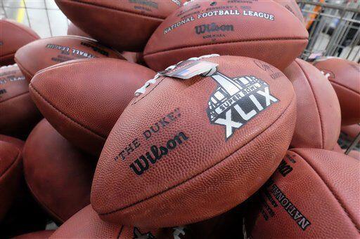 El balón de la NFL tiene que pesar entre 14 y 15 onzas cuando ya está li...