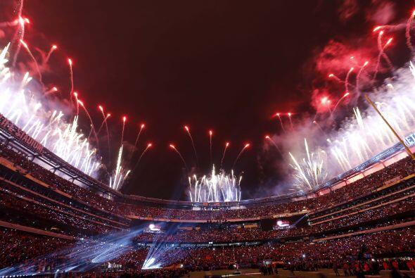 Los Juegos pirotécnicos iluminaron todo el escenario (AP-NFL).