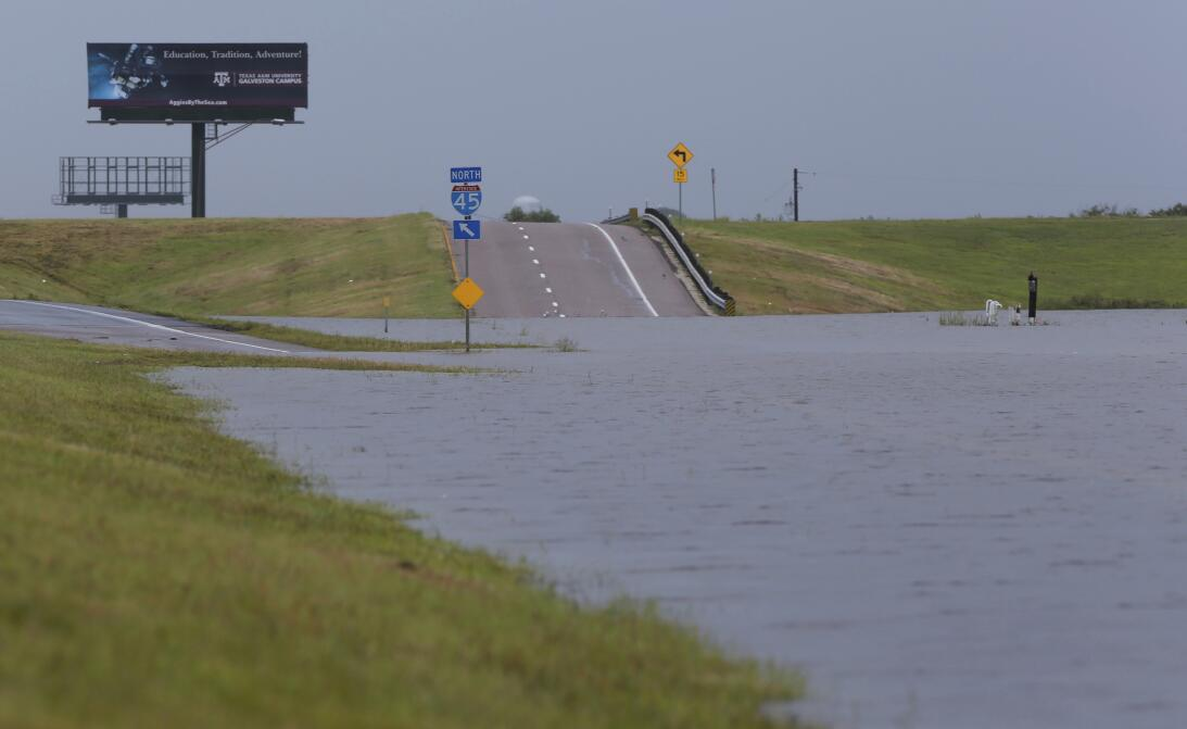 Aguaceros inundan la carretera Interestatal 45 entre Galveston y La Marq...