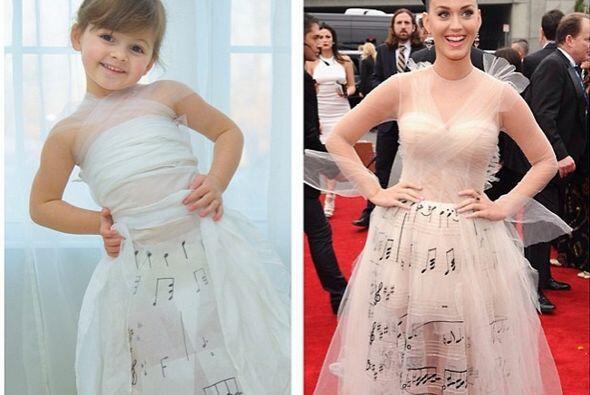 Aqui la pequeña Mayhem luciendo un vestido inspirado en el que uso Katy...