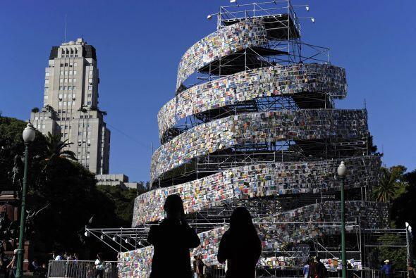 Una torre de libros fue creada en la plaza San Martín ubicada al norte d...