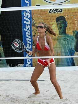 Y si se juega con los pies, porqué no jugar tenis playa. Hay canchas par...