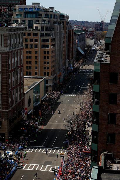 Decenas de miles de corredores y una multitud de espectadores se lanzaro...