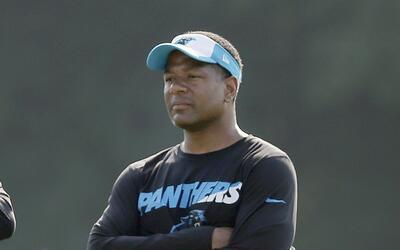 El entrenador defensivo de los Panthers, Steve Wilks, mira a los jugador...